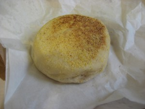 English muffin. They gave these to us to take home. No, they do not come presliced.